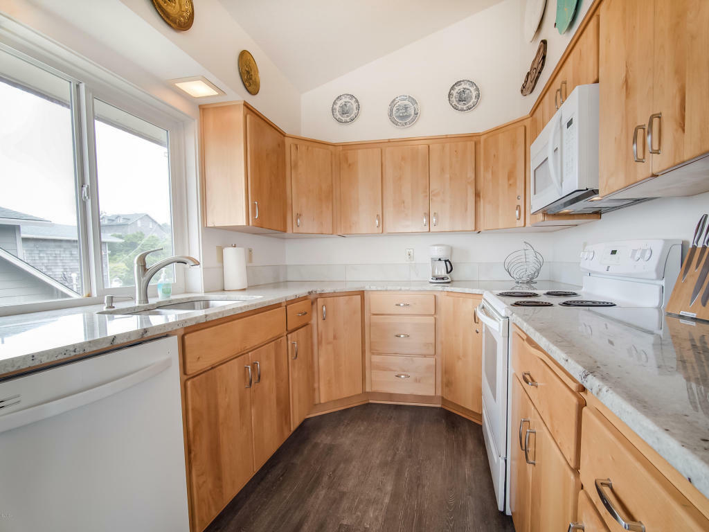 1335 Nw Harbor Ave, Lincoln City, OR - USA (photo 5)